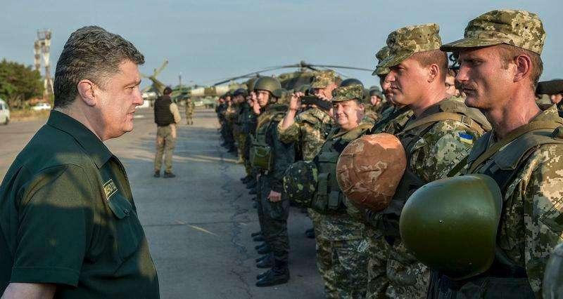 Presidente da Ucrânia, Petro Poroshenko, visita militares ucranianos em Mariupol. 08/09/2014 Foto: Mykola Lazarenko/Reuters