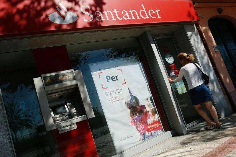 Una mujer abre la puerta de un banco Santander en El Masnou, cerca de Barcelona. Imagen de archivo, 10 septiembre, 2014. Los grandes bancos de Europa regresaron a la tendencia del crecimiento durante la primera mitad del año y expandieron sus libros en 530 millones de euros (685 millones de dólares), una señal de que están empezando a recuperarse luego de la crisis financiera. Foto: Albert Gea/Reuters