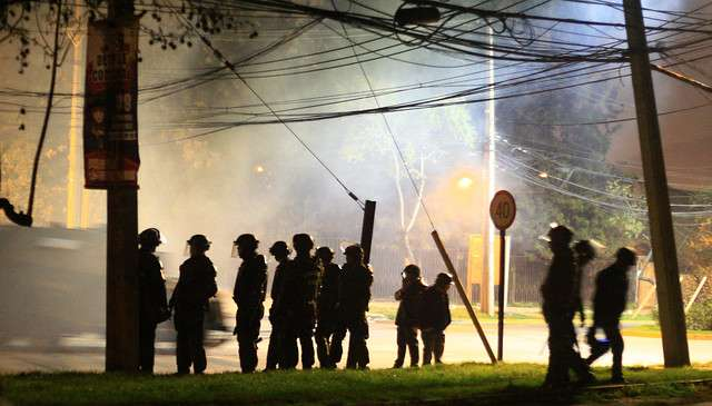 Manifestantes encienden barricadas y encaran a carabineros en diversos puntos de Santiago. Foto: Agencia Uno