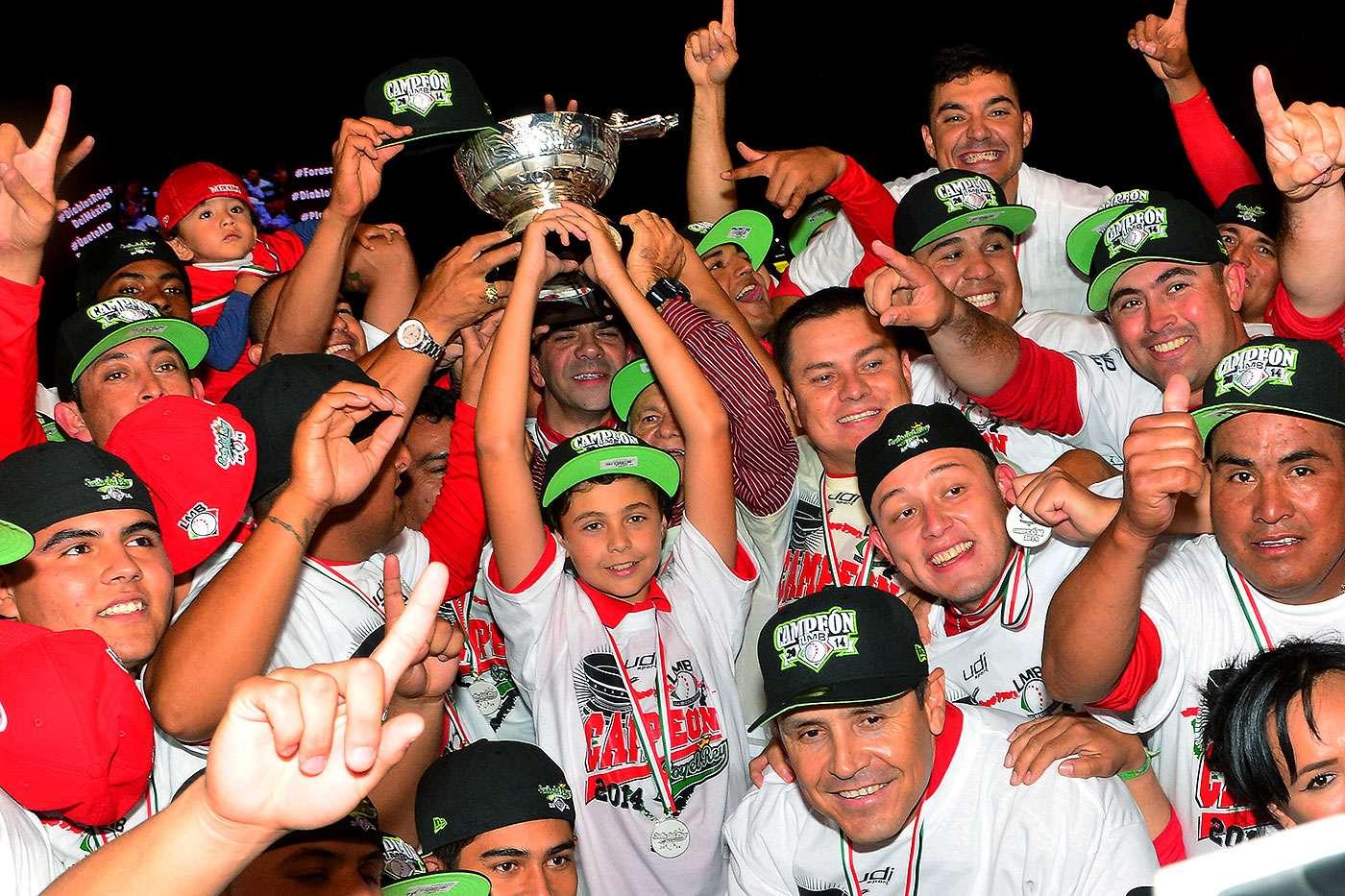 """Con un cuadrangular de Juan Carlos Gamboa en la décima entrada, los Diablos Rojos del México derrotaron 9-8 a los Pericos de Puebla para coronarse campeones de la Liga Mexicana de Beisbol 2014. Este es el título 16 para los """"escarlatas"""" con lo cual empata a los Naranjeros de Hermosillo como el equipo con más títulos en el deporte profesional en México. Foto: Jam Media"""