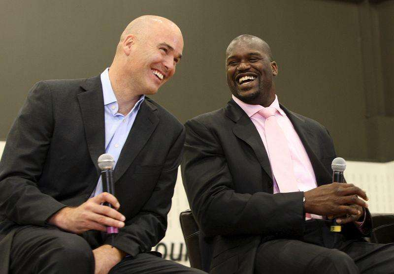 Shaquille O'Neal (R) jokes with former Cleveland Cavaliers general manager Danny Ferry during a news conference at the Cavaliers' practice facility in Independence, Ohio in this July 2, 2009, file photo. Foto: Aaron Josefczyk/Reuters