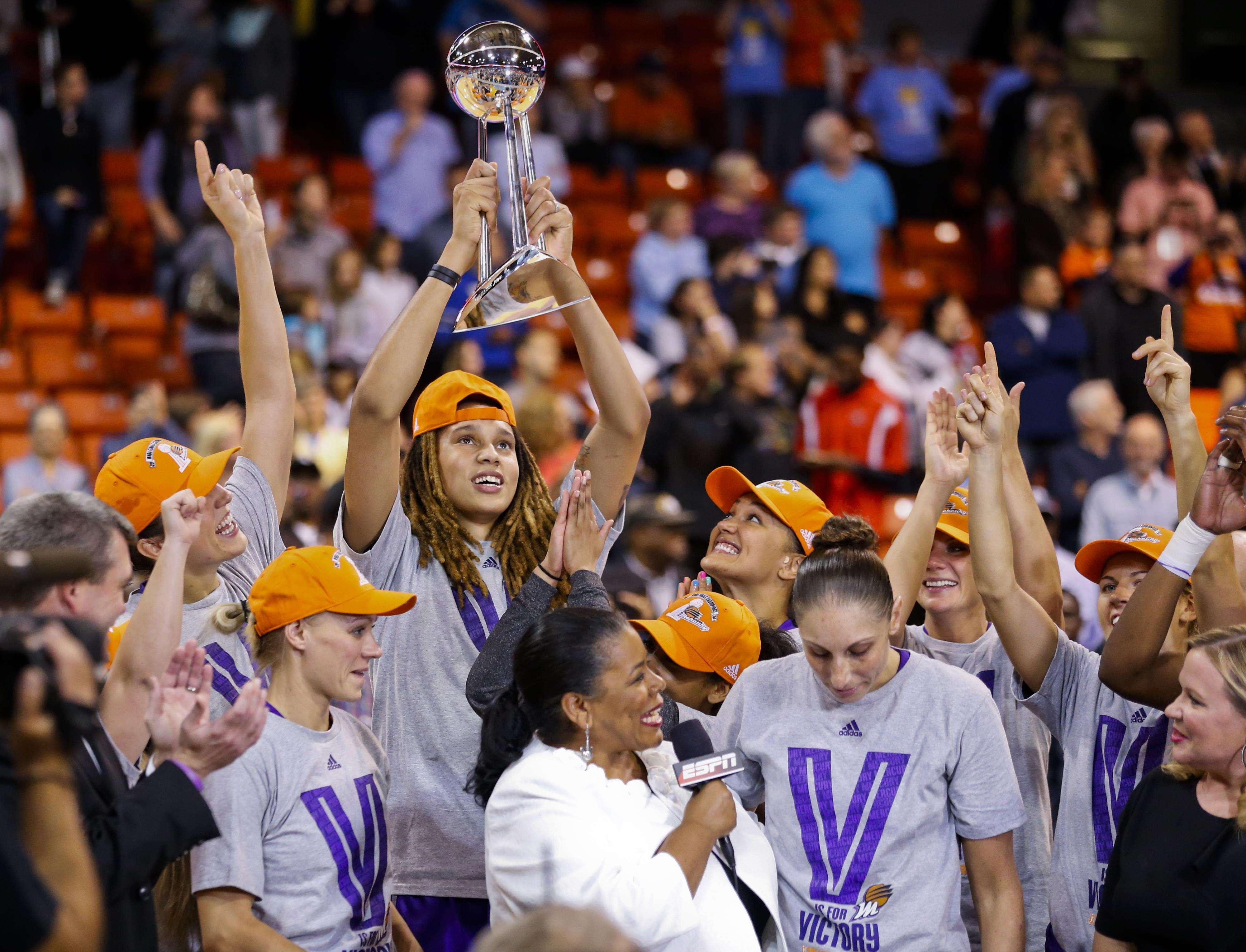 Brittney Griner sostiene el trofeo de campeón. Foto: AP