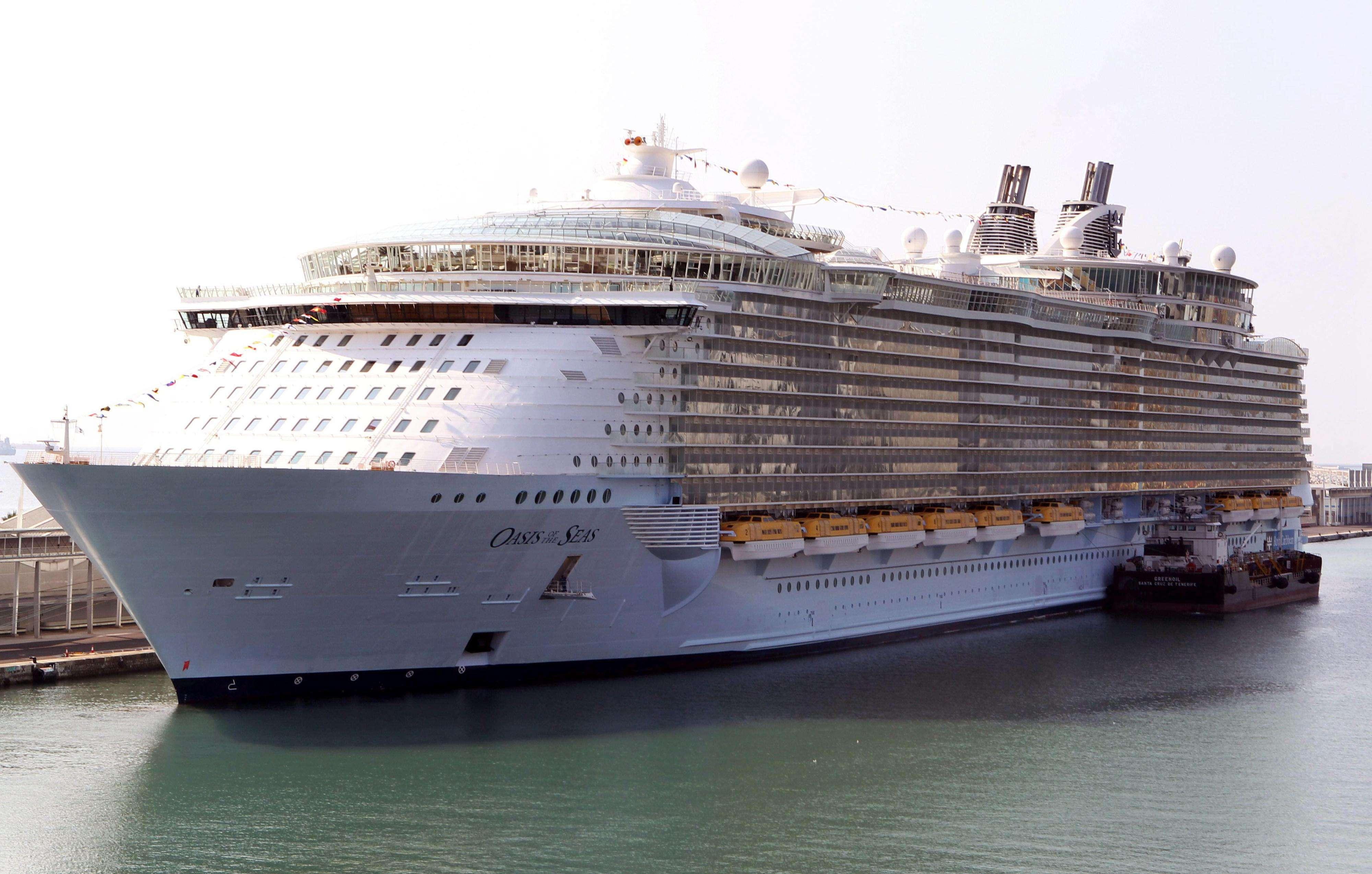 El Oasis of the Seas de la naviera Royal Caribbean, el mayor crucero del mundo, ha atracado hoy en el puerto de Barcelona. Foto: EFE