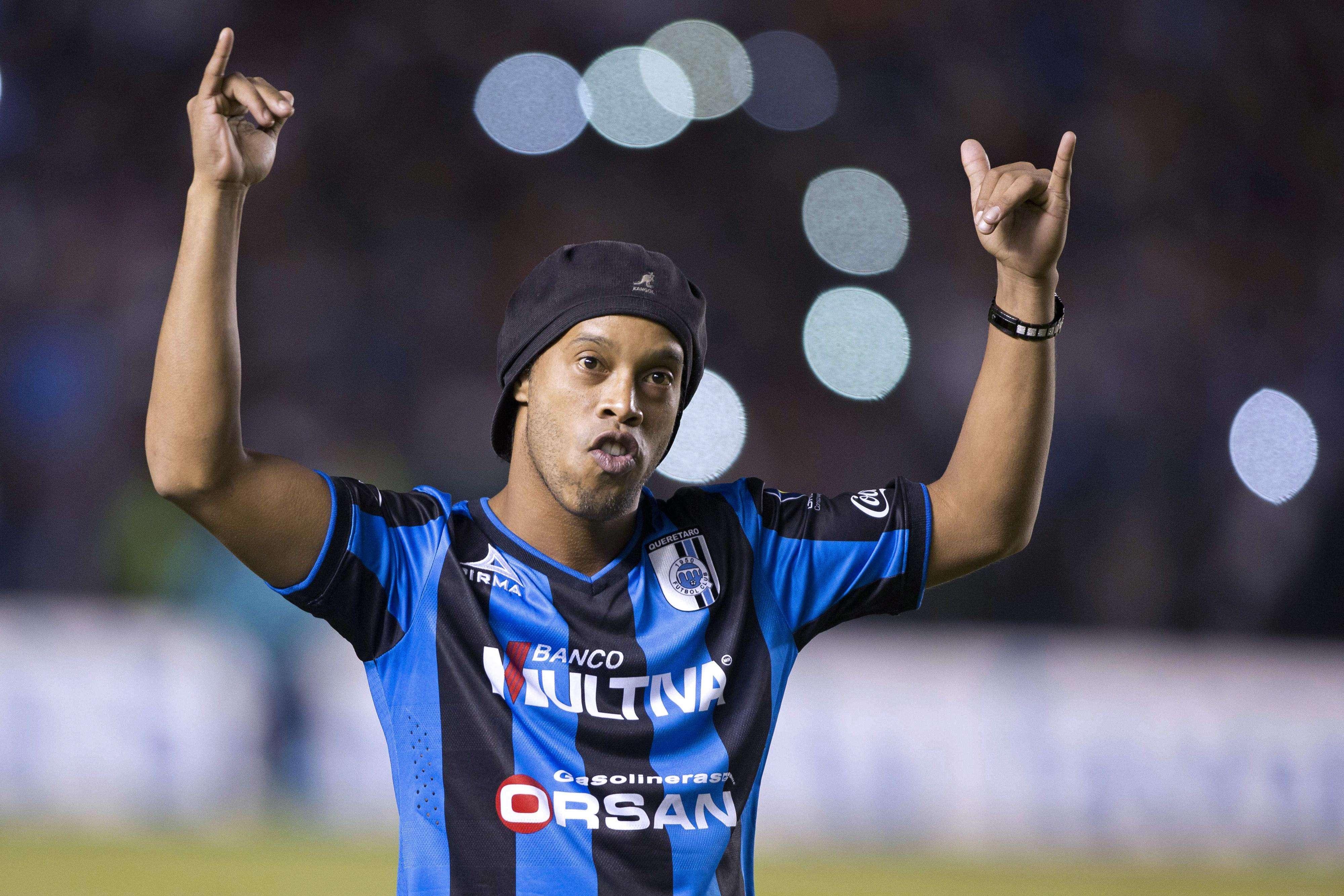 Ronaldinho faz gesto tradicional Foto: Victor Straffon/AFP