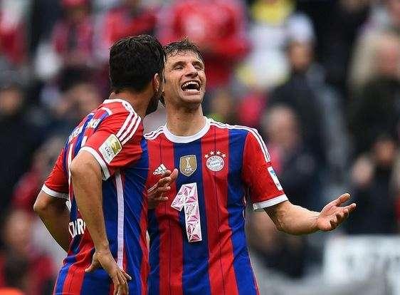 Thomas Müller hoy junto a Claudio Pizarro. Foto: Twitter Bayern Múnich.