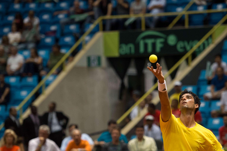Bellucci saca durante a partida Foto: Fernando Dantas/Gazeta Press