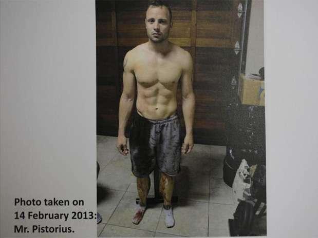 Fotografías de Oscar Pistorius con un pantalón corto cubierto de sangre y las prótesis de sus piernas salpicadas también de sangre que le tomó la policía poco después de que matara a tiros a su novia, fueron presentadas en la corte durante el juicio que se le sigue por homicidio. Foto: Reuters