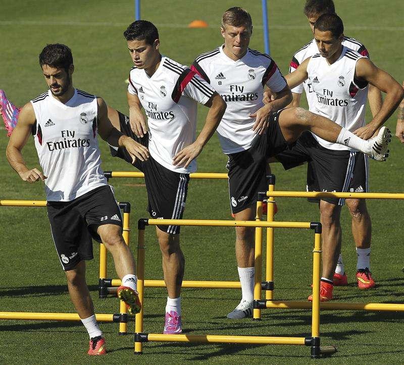 'Chicharito' (derecha) jugó cerca de 30 minutos en su debut con el Real Madrid. Foto: EFE