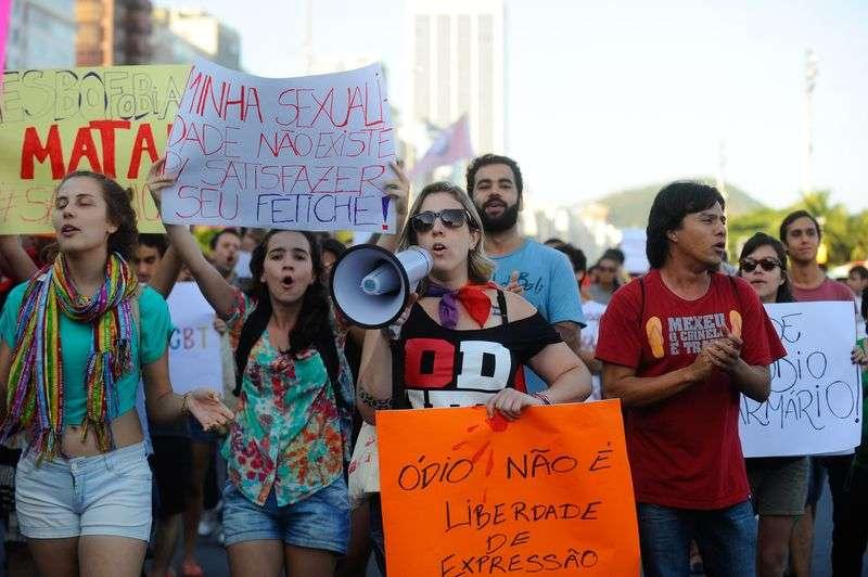 Protesto contra o assassinato do jovem gay João Antonio Donati mobilizou manifestantes na orla de Copacabana, no Rio Foto: Tânia Rêgo/Agência Brasil