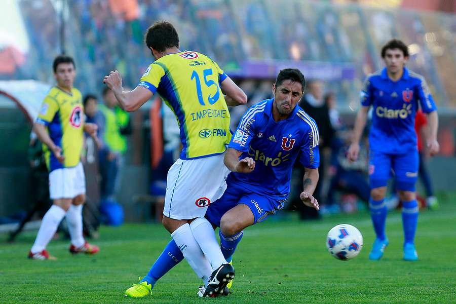 Los azules vencieron por 1-0 al Campanil con el gol de Gustavo Canales y quedó solitaria en la punta seguida de Colo Colo con 19 y Santiago Wanderers con 16. Foto: Agencia UNO