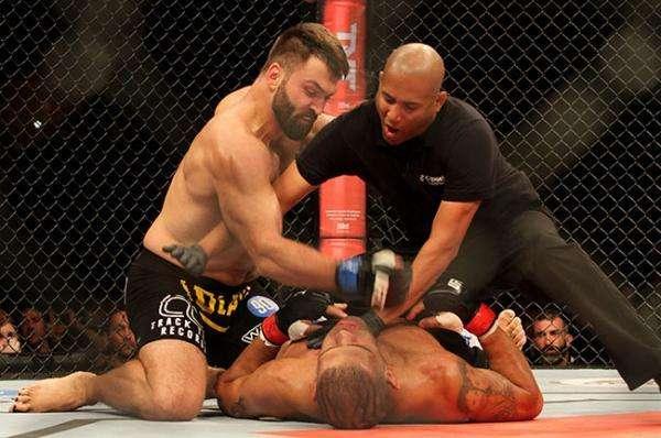 Arlovski terminó a Silva con golpes de martillo. Foto: Twitter: @cagefights