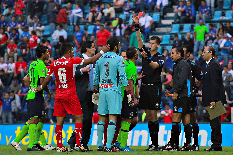 El árbitro expulsó a Corona al final del juego. Foto: Imago7