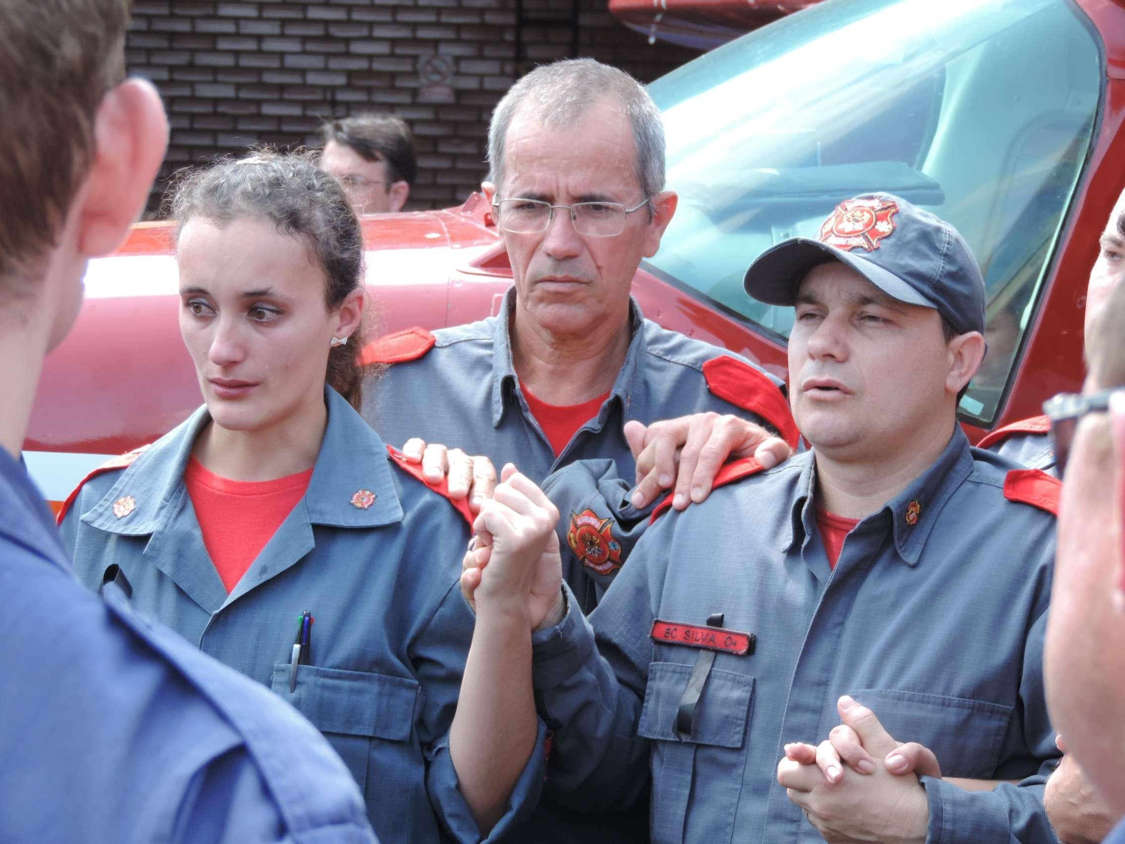 Emoção e tristeza deram o tom do cortejo do bombeiro Maurício da Silva Valls em Blumenau
