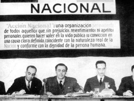 El primer antecedente del PAN como partido es enero de 1939, cuando Manuel Gómez Morin, junto con un grupo de coetáneos, funda el partido. Aunque oficialmente queda conformado entre febrero y septiembre del mismo año. Foto: PAN