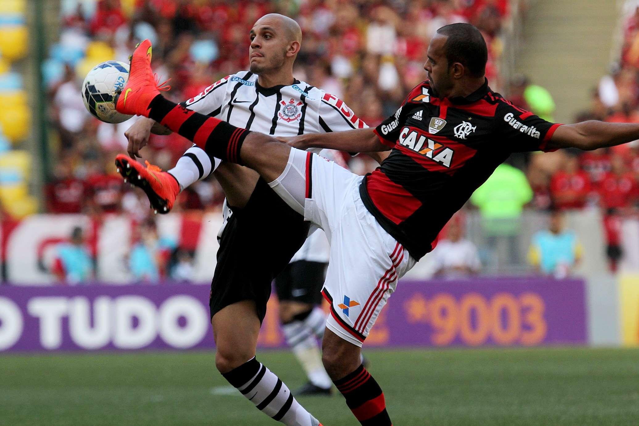 Fábio Santos disputa bola com Alecsandro Foto: Gilvan de Souza/Fla Imagens/Divulgação