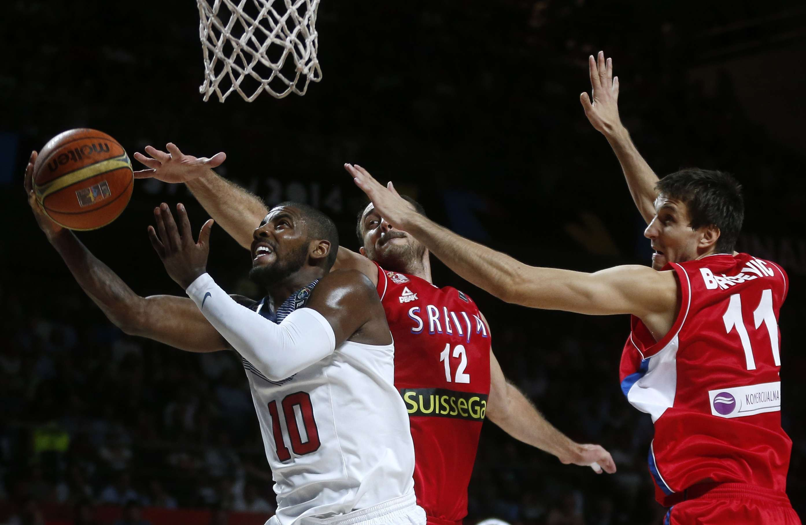 Kyrie Irving (L) of the U.S. goes up for a basket past Serbia's Nenad Krstic (C) and Stefan Bircevic during their Basketball World Cup final game in Madrid September 14, 2014. REUTERS/Juan Medina (SPAIN - Tags: SPORT BASKETBALL TPX IMAGES OF THE DAY) Foto: JUAN MEDINA/REUTERS