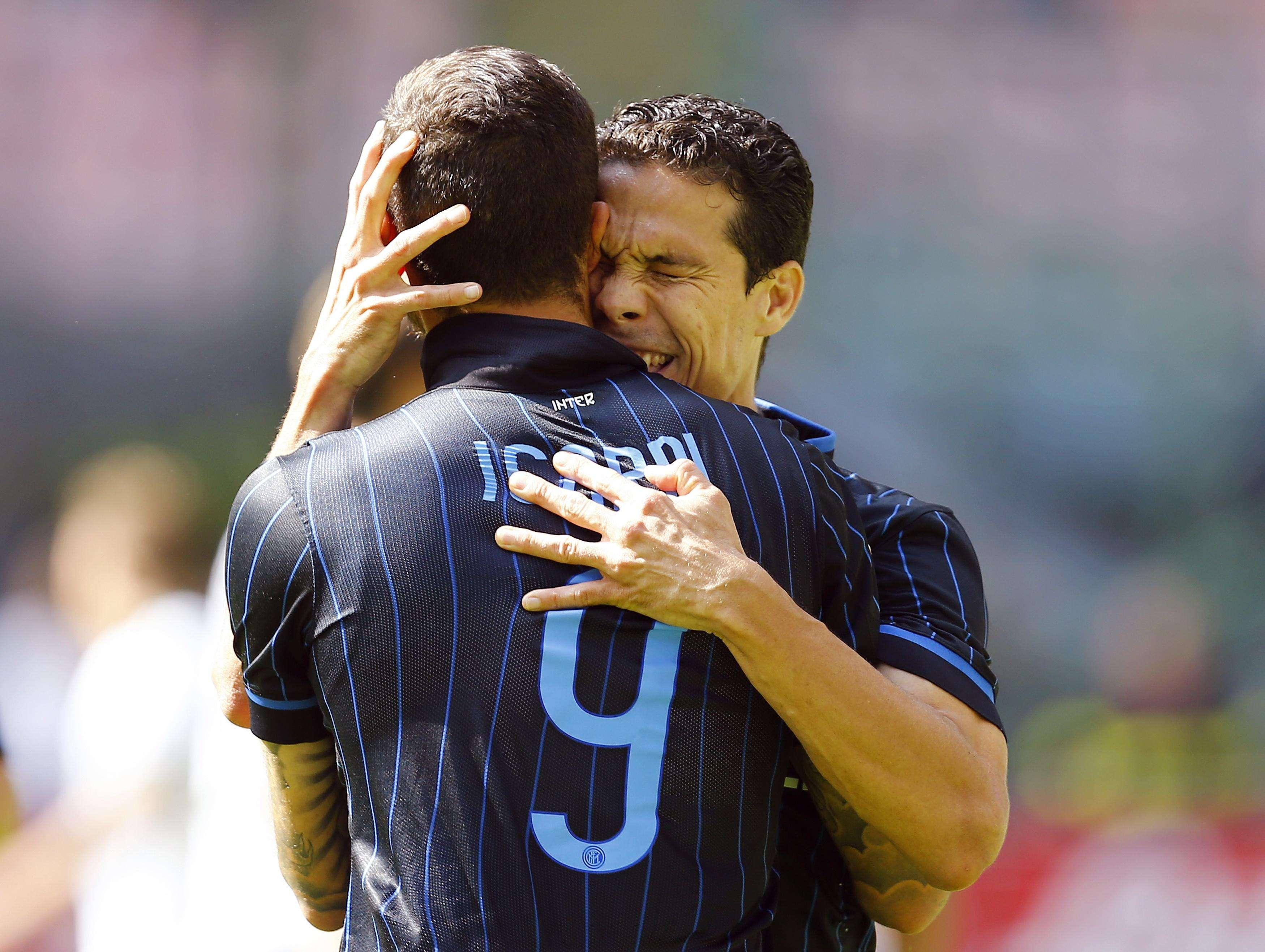 Hernanes e Icardi comemoram gol da Inter de Milão Foto: Stefano Rellandini/Reuters