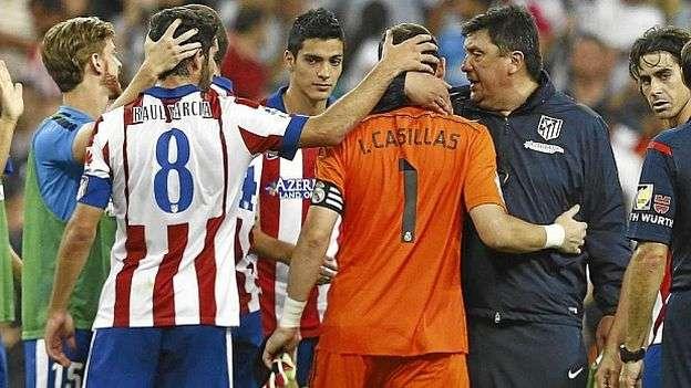 El abrazo de consuelo del Mono Burgos a Iker Casillas. Foto: Marca.