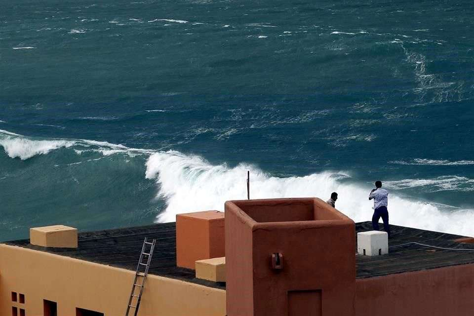 Algunos hoteles están cambiando de habitaciones a sus huéspedes que tenían vista al mar, además de sellar ventanales y colocar tablones y recoger el mobiliario de playa Foto: AP