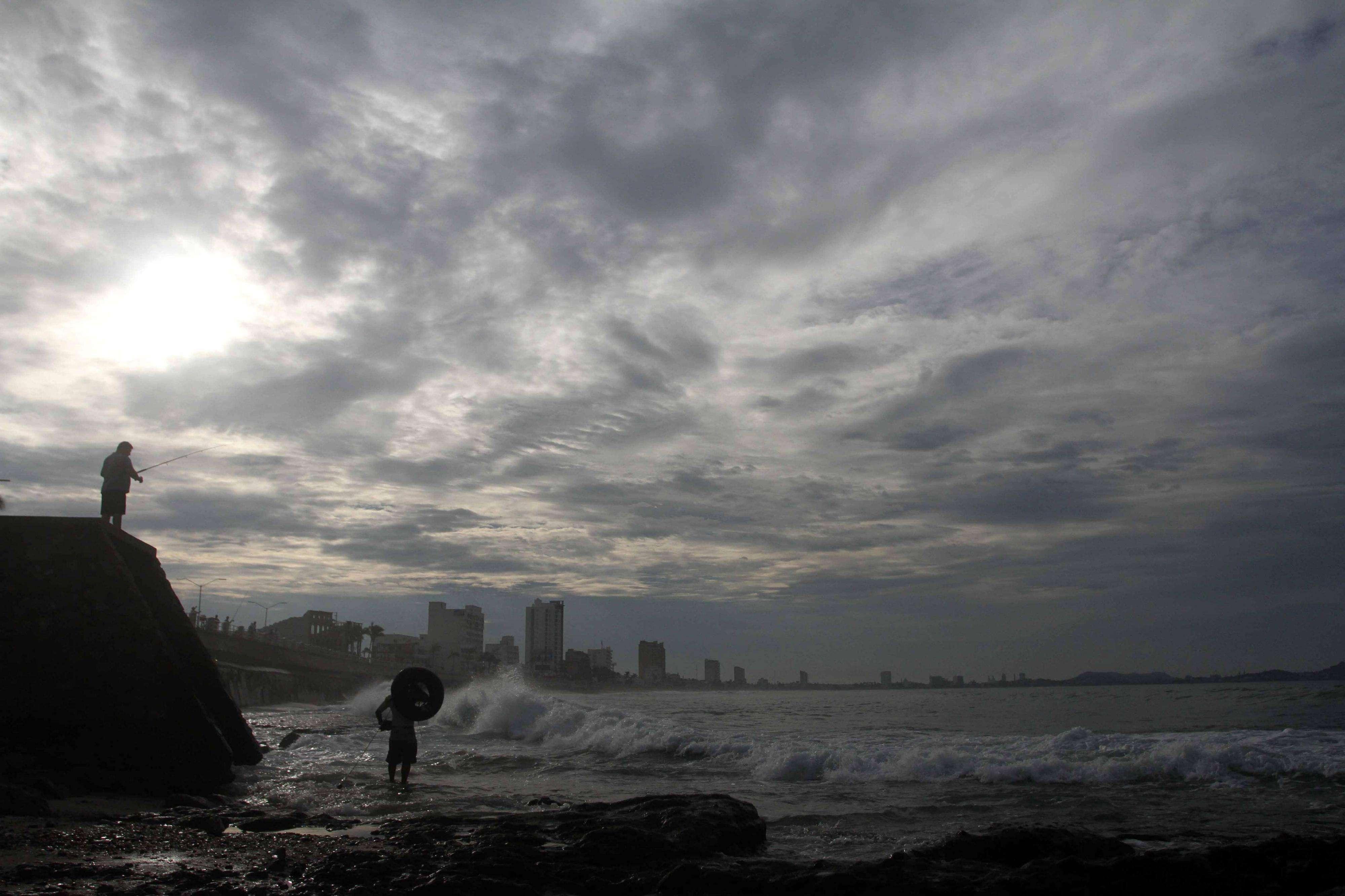 Existe alerta máxima la península de Baja California debido al paso del huracán Odile, que esta madrugada alcanzó la categoría IV en la escala Saffir-Simpson Foto: EFE