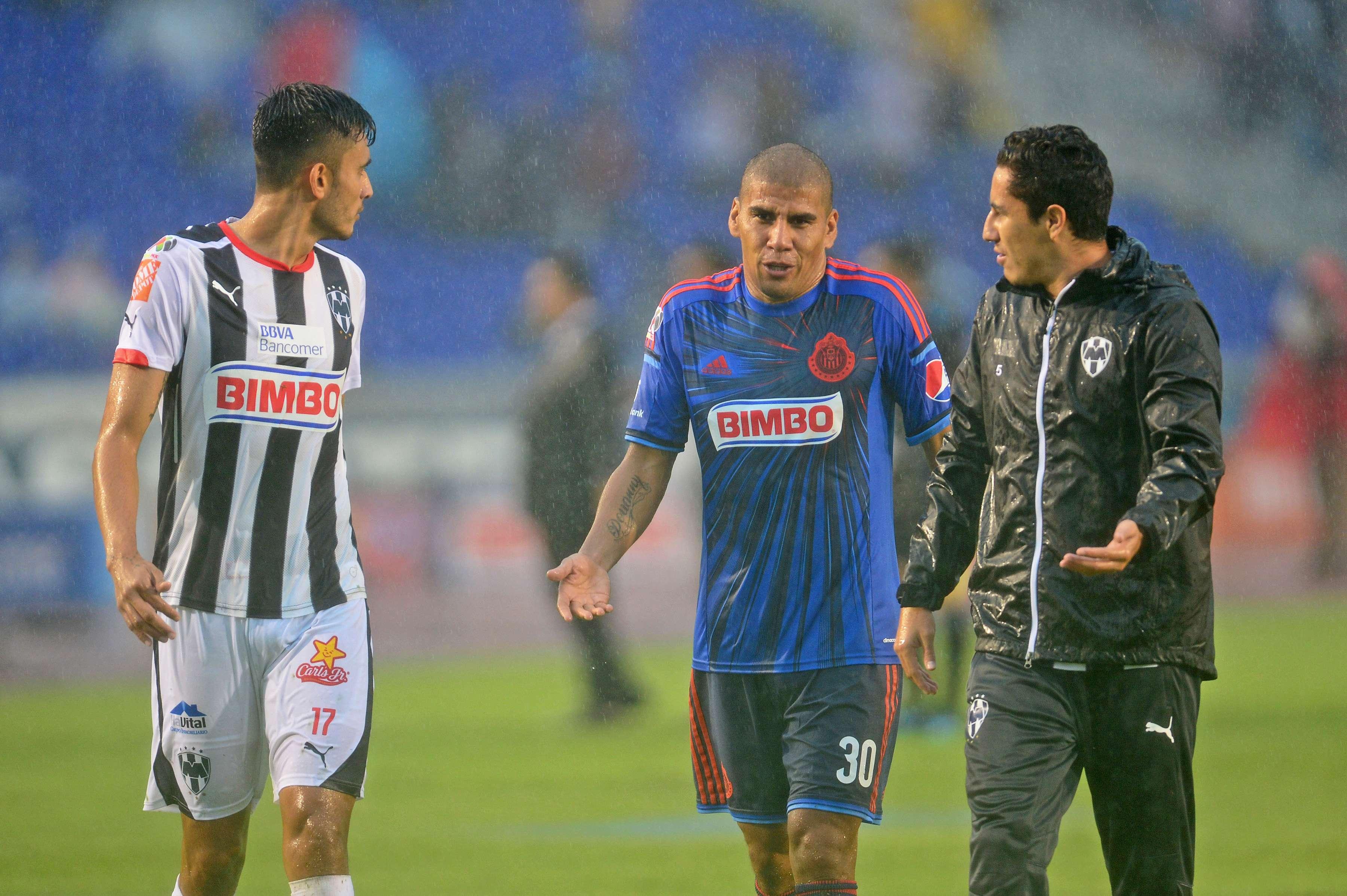 La lluvia que cae desde el viernes en Monterrey provocó que la cancha del estadio Tecnológico no estuviera en condiciones y el partido Rayados ante Chivas fue suspendido al minuto 12. Foto: Mexsport