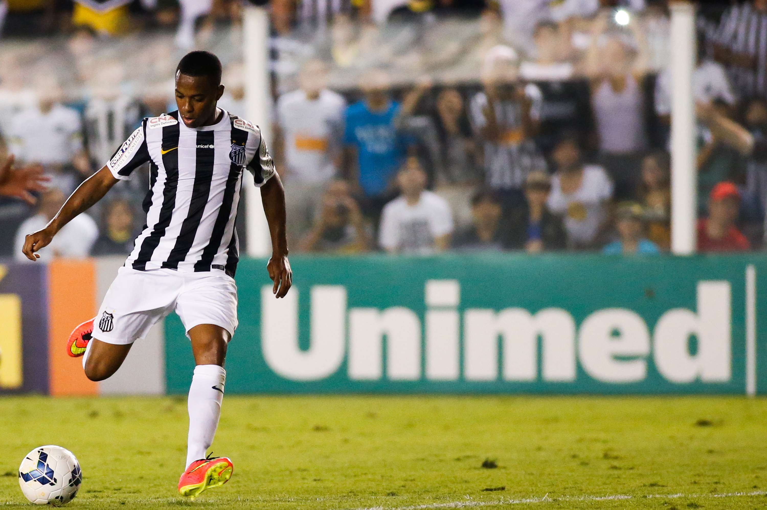 Robinho deu um toque por cobertura para ampliar a vantagem do Santos contra o Coritiba Foto: Alexandre Schneider/Getty Images
