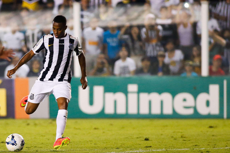 Robinho deu um toque por cobertura para ampliar a vantagem do Santos contra o Coritiba Foto: Alexandre Schneider/Getty Images