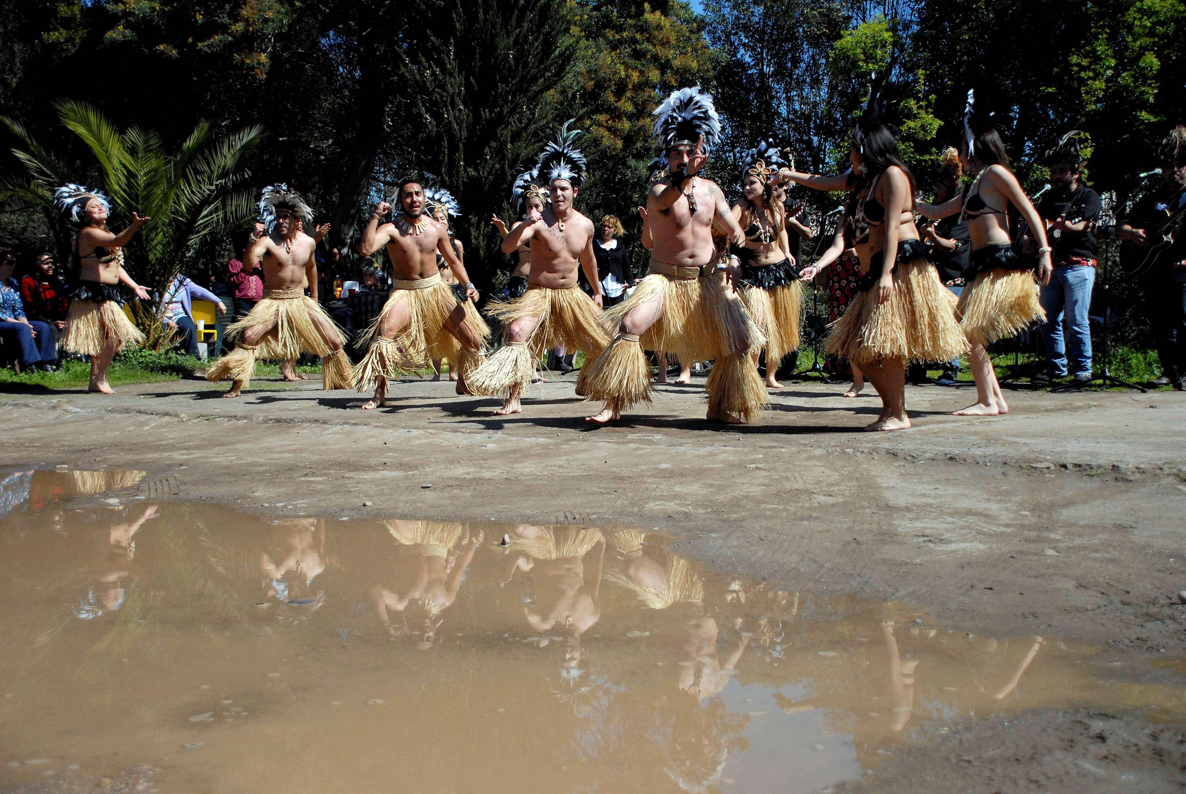 on bailes Rapa Nui reciben a los asistentes en la Casa del Peregrino ubicada en la parte posterior del templo, donde se realiza un Curanto Rapa Nui para repartir con medio millar de personas Foto: UPI