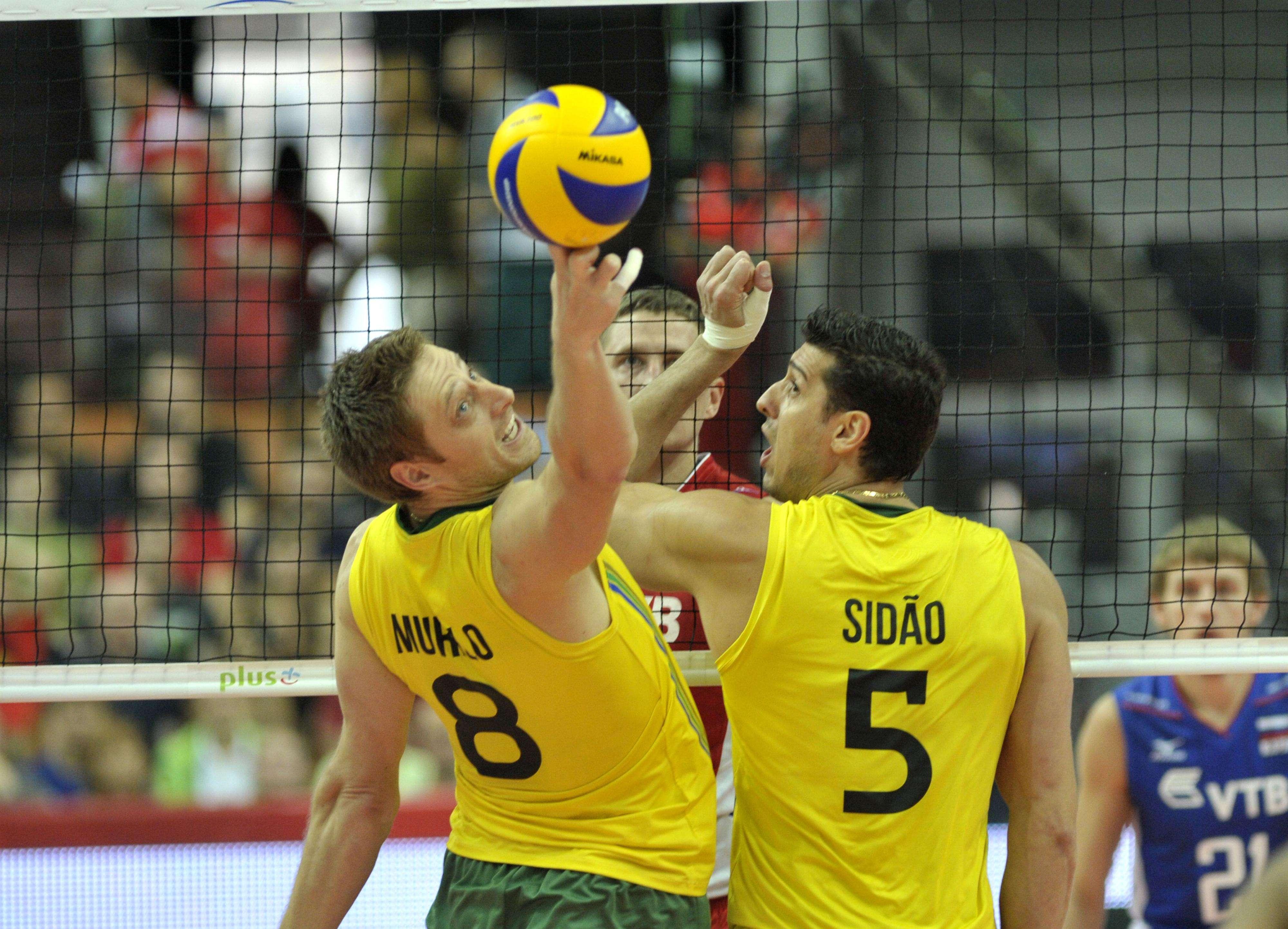 Murilo e Sidão tentam recuperar bola Foto: FIVB/Divulgação