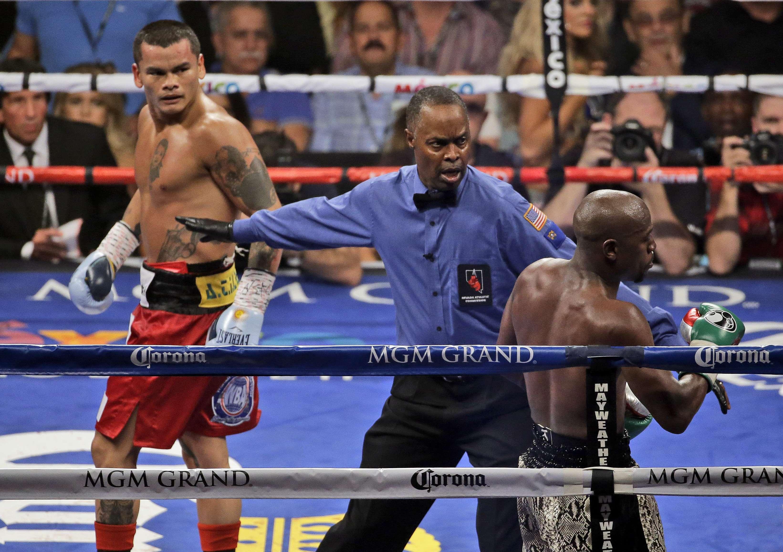 Floyd Mayweather le repitió la receta a Marcos Maidana el 13 de septiembre, al vencerlo por decisión unánime. Foto: AP en español