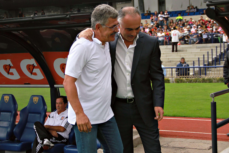 Ricardo Ferretti saludó a su exdiscípulo Guillermo Vázquez, antes del inicio del partido Pumas-Tigres. Foto: Imago7