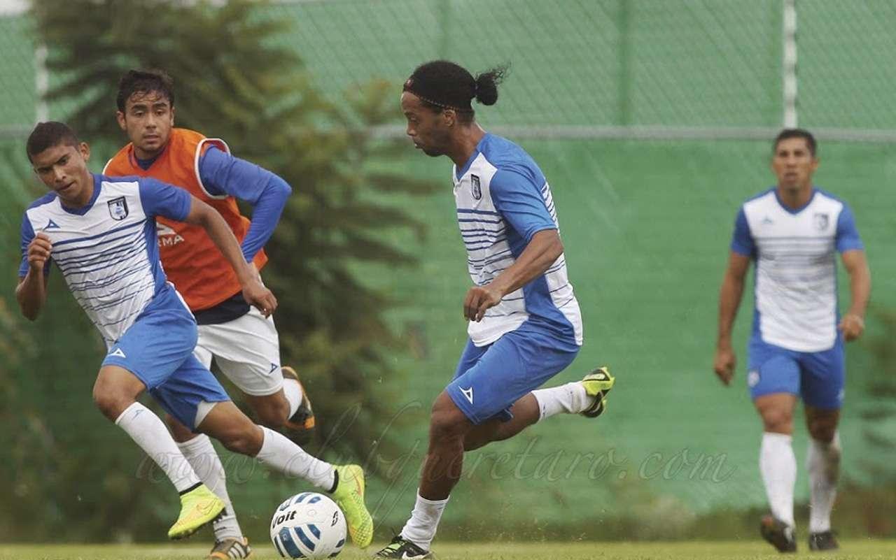 Ronaldinho ya entrenó con Querétaro bajo las órdenes del técnico Ignacio Ambriz para acoplarse a sus compañeros y estar listo para el partido de Gallos Blancos ante Chivas Foto: Club Querétaro