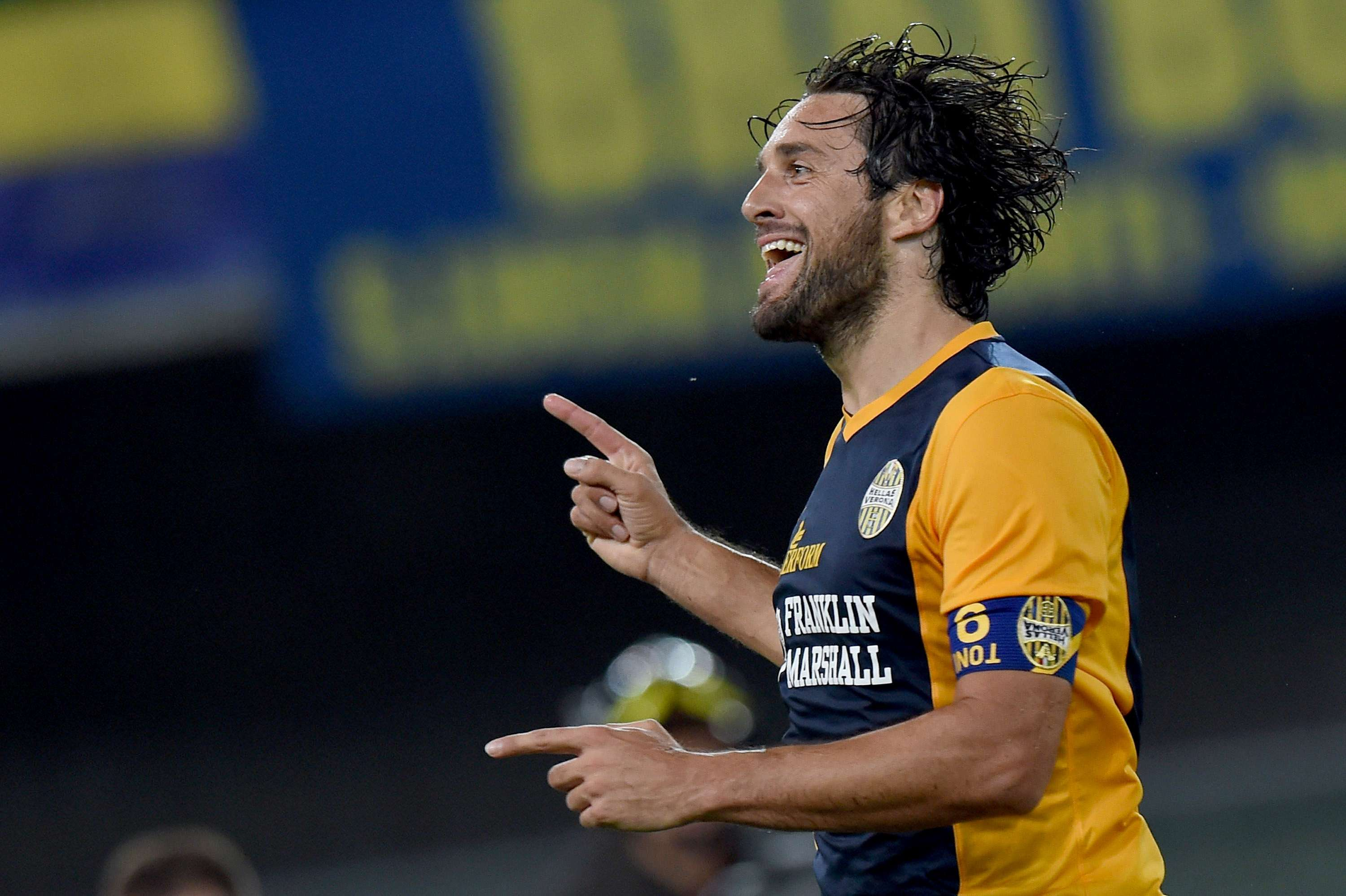 Luca Toni celebrates after scoring for Hellas Verona. Foto: Getty Images