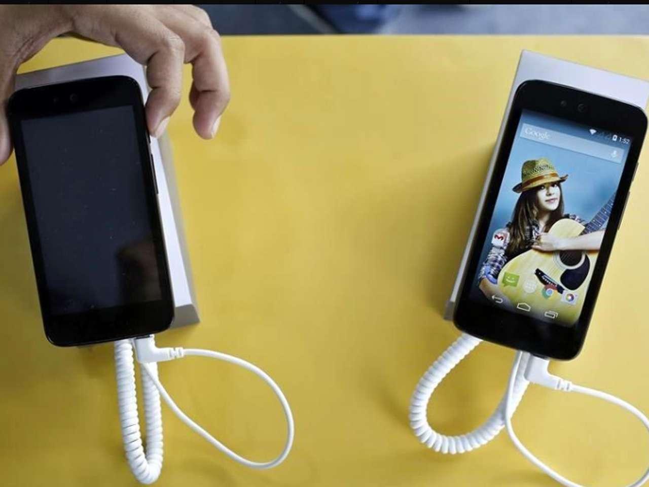 El smartphone tiene pantalla de 4.5 pulgadas, cámara trasera de 5MP, procesador MediaTek de núcleo cuádruple a 1.3GHz, 1GB de RAM y 4GB de memoria interna expandible con tarjetas microSD Foto: Reuters en español