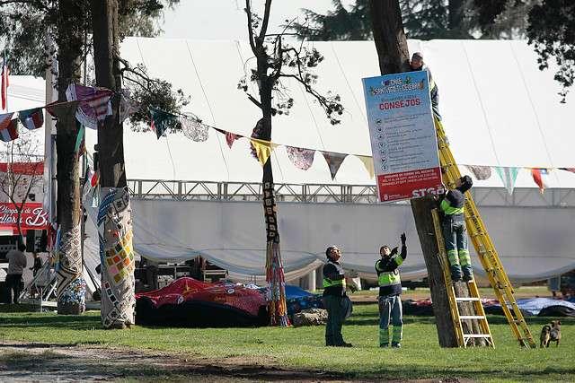 Trabajadores realizan los preparativos en la fondas del Parque O´Higgins para las proximas celebraciones de fiestas patrias a partir de este 17 y hasta el 21 de Septiembre. Foto: Agencia UNO
