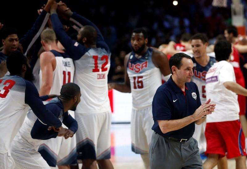 Coach Mike Krzyewski (R) of the U.S. celebrates winning their Basketball World Cup final game against Serbia in Madrid September 14, 2014. Foto: Sergio Perez/Reuters
