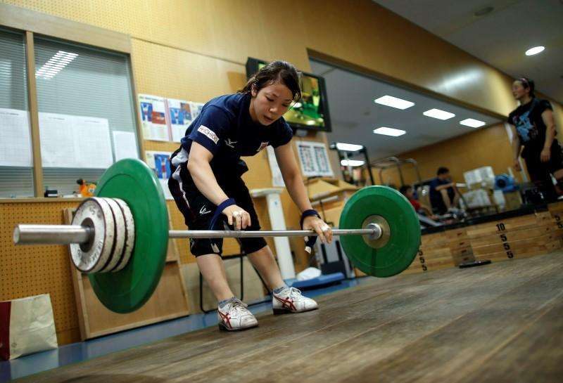Japanese weightlifter and captain of Japan's athletes for the Asian Games Hiromi Miyake works out at the National Training Center in Tokyo September 5, 2014. Foto: Issei Kato/Reuters
