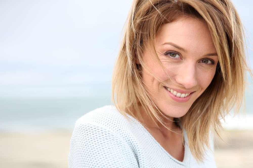 O cabelo médio liso pode ser estilizado com pomada após chapinha Foto: Shutterstock