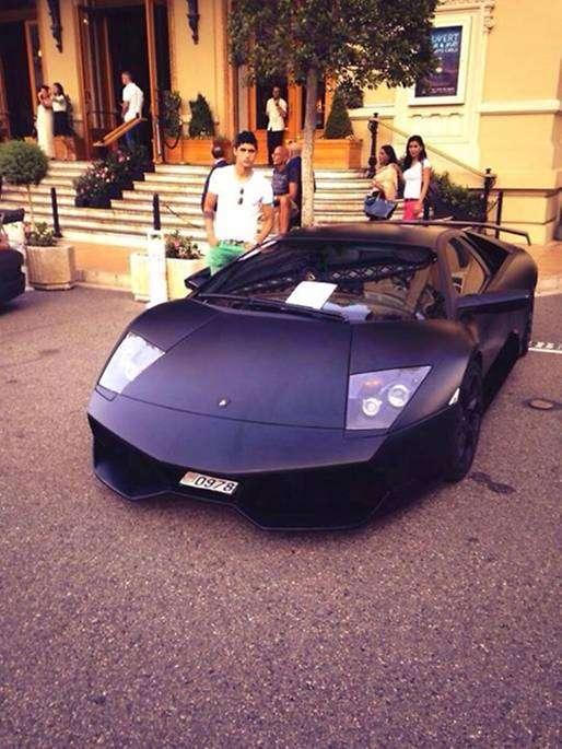 Pulido, junto a un Lamborghini a las afueras de un casino en Montecarlo. Foto: Especial
