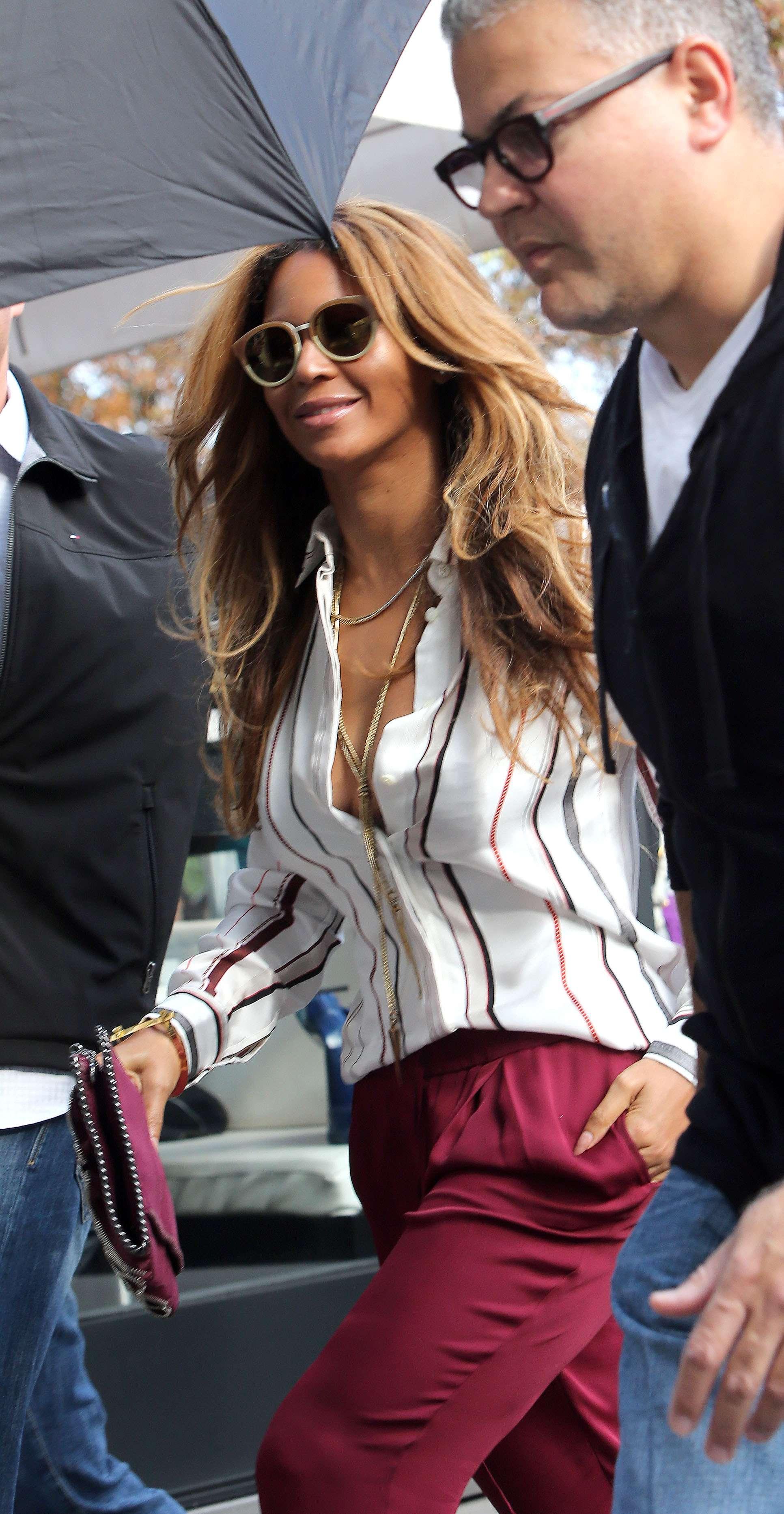 15 de Septiembre de 2014 - ¿Embarazada? Beyoncé, Jay Z y su pequeña hija, Blue Ivy salieron a almorzar en París en medio de un séquito de seguridad. El fin de semana, el esposo de la cantante dijo a través de una melodía, que su esposa estaría esperando a su segundo hijo. ¿Será cierto? Foto: KCS Presse/The Grosby Group