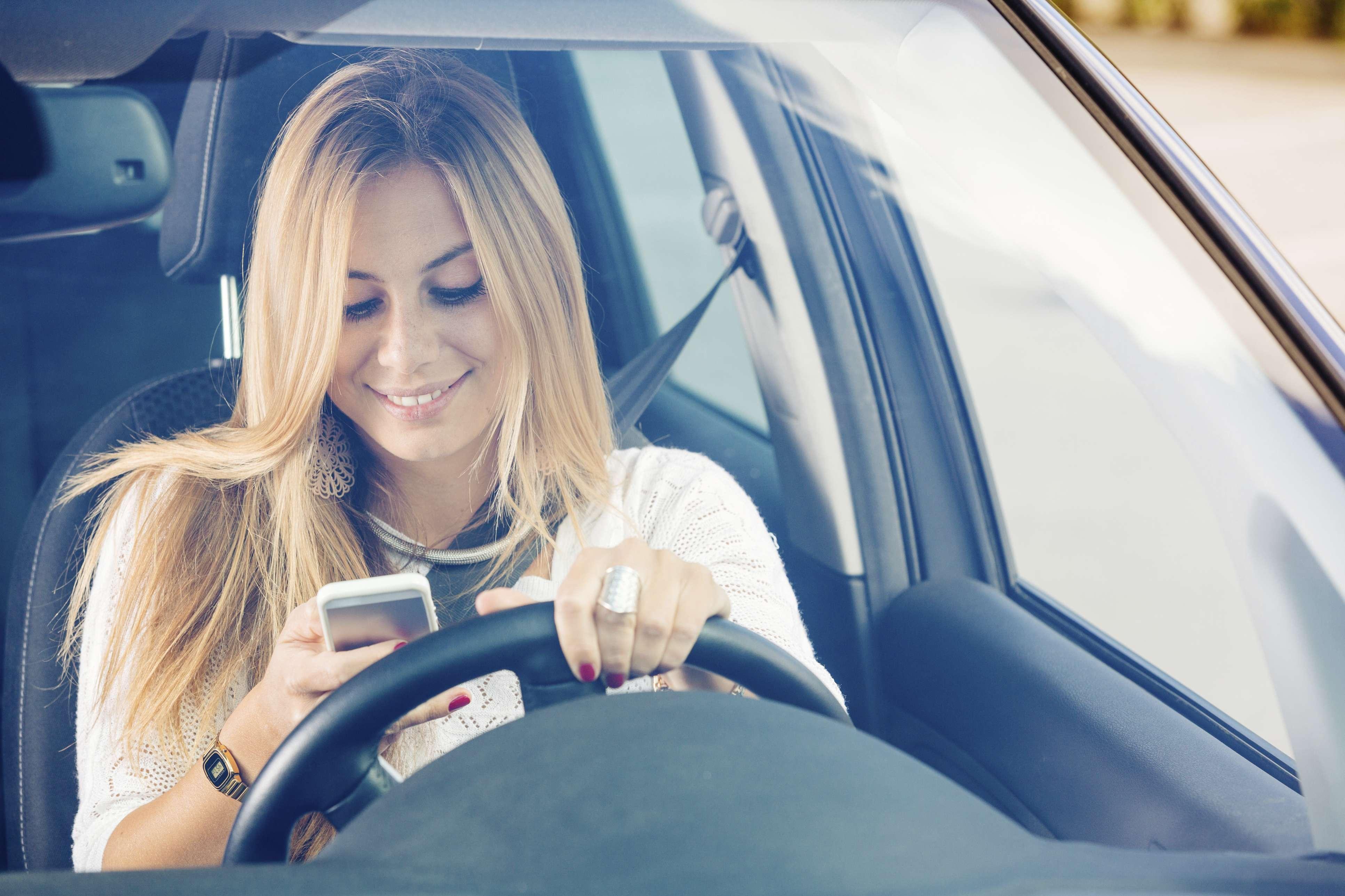 Un segundo de distracción puede hacer que sufras un accidente. No uses el celular mientras manejas. Foto: Thinkstock.com