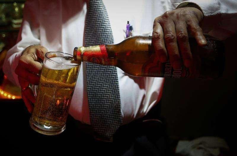 Un barman sirve una cerveza Haywards de SABMiller en un restaurante en Mumbai. Imagen de archivo, 28 agosto, 2013. Las acciones de la cervecera SABMiller saltaron hasta un 13 por ciento a máximos históricos el lunes, luego de un reporte del Wall Street Journal indicando que su rival Anheuser-Busch InBev está en negociaciones con bancos sobre el financiamiento de una posible oferta de compra por 122.000 millones de dólares. Foto: Danish Siddiqui/Reuters