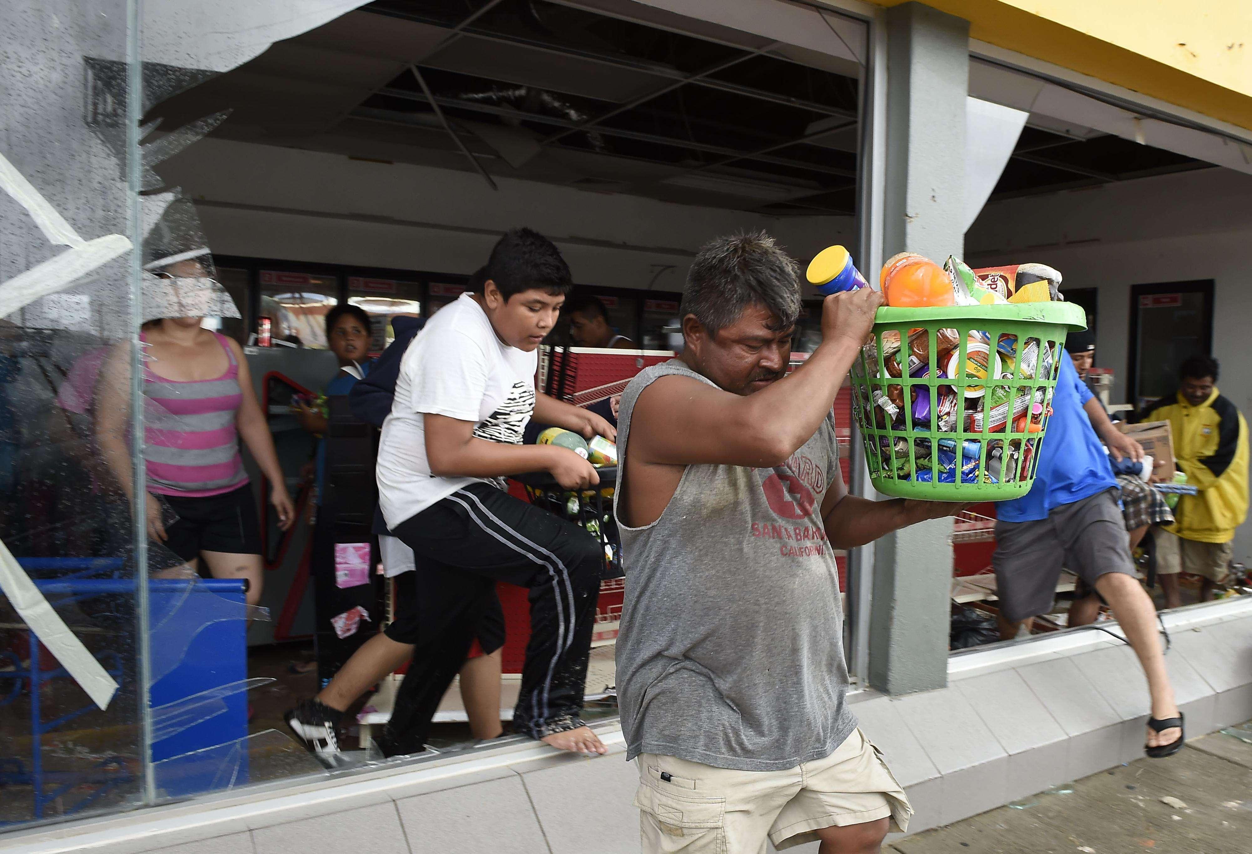 Tras el paso del huracán, autoridades alertaron a la población de Los Cabos y La Paz para que racionen los recursos. Foto: AFP