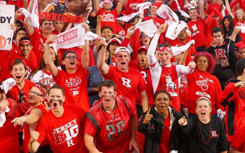 Sep 13, 2014; Piscataway, NJ, USA; Rutgers Scarlet Knights students cheer on their team against the Penn State Nittany Lions at High Points Solutions Stadium. Mandatory Credit: Jim O'Connor-USA TODAY Sports. Foto: Reuters