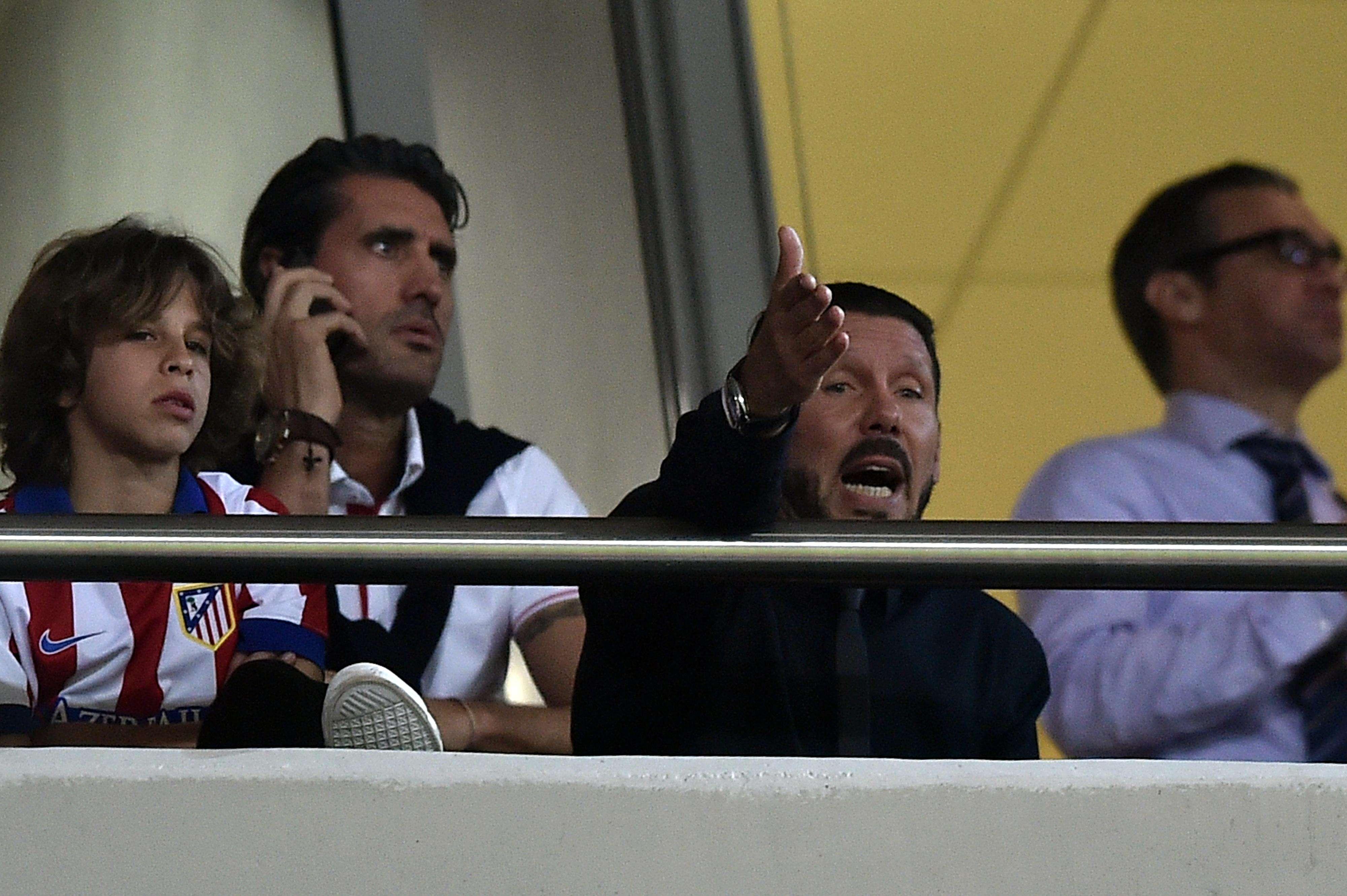 Suspenso, Diego Simeone viu a derrota do Atlético de Madrid das tribunas Foto: AFP