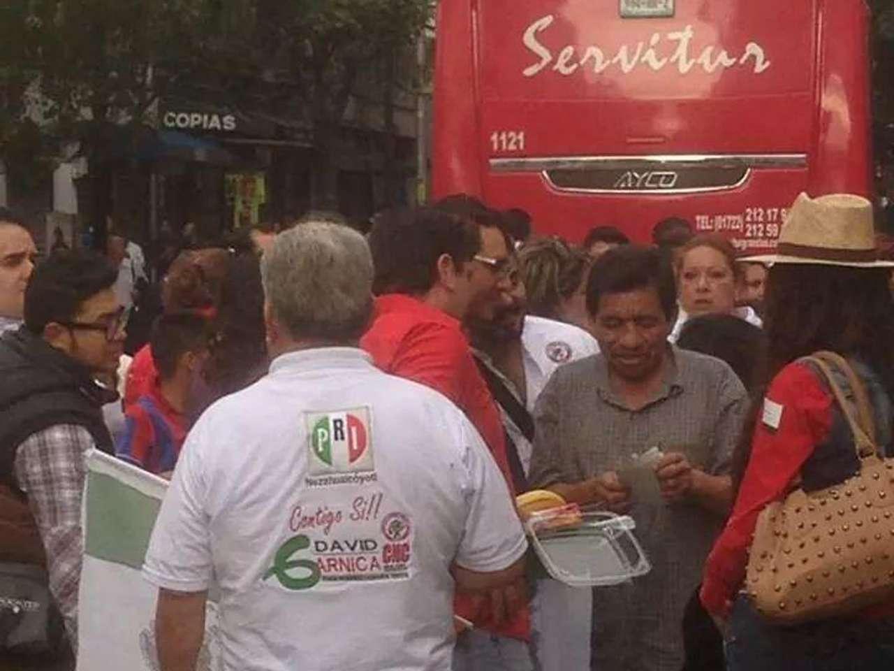 Logos del PRI se pueden apreciar en banderas, sombreros y camisas de los asistentes Foto: Imagen tomada de Twitter/@josevasquez153