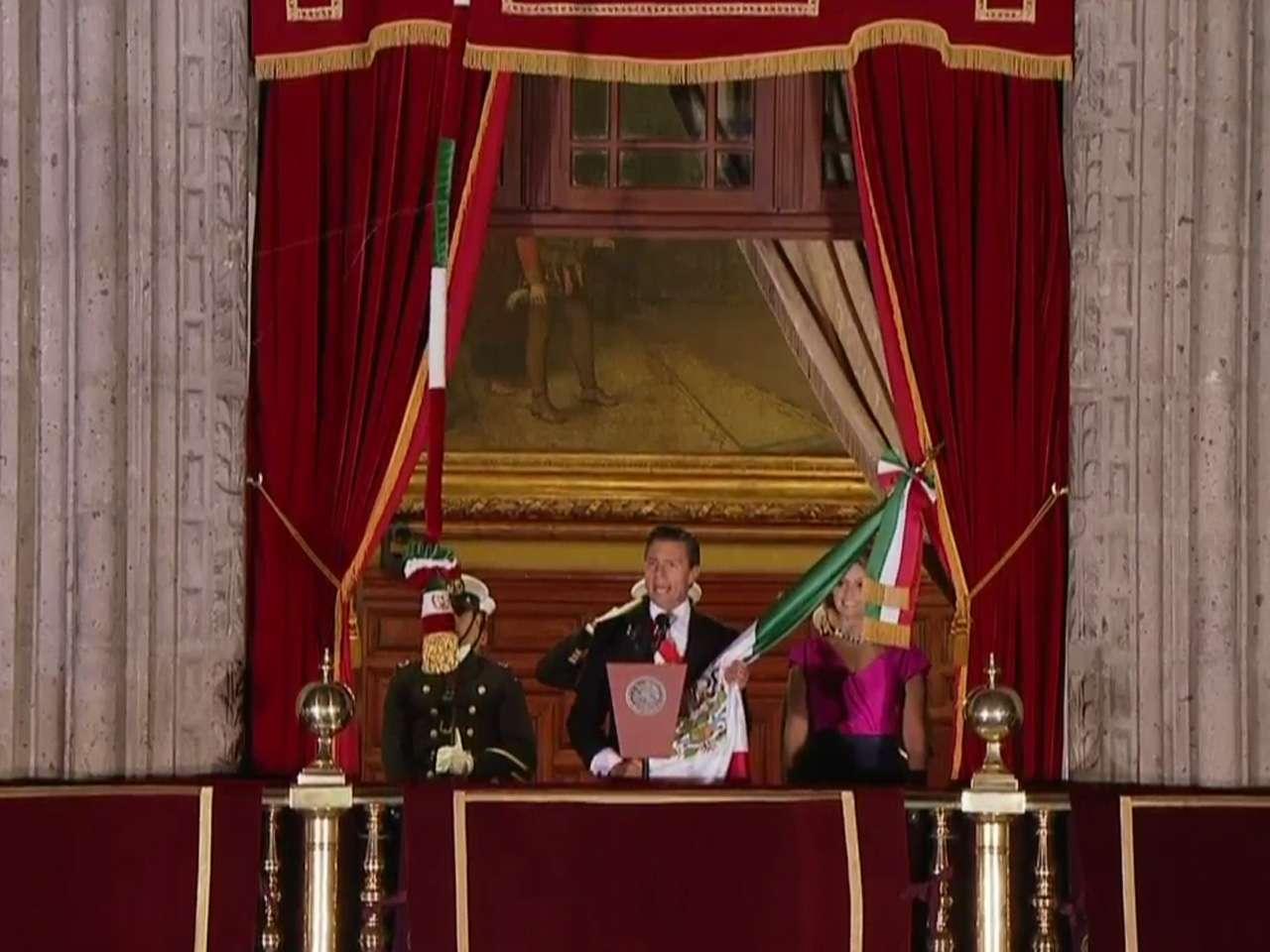 El presidente Enrique Peña Nieto, dio el tradicional Grito de Independencia en el balcón de Palacio Nacional en el Zócalo de la capital del país. Alrededor de las 11:00 horas, el primer mandatario embrazó la Bandera Nacional, salió al balcón acompañado de su esposa Angélica Rivera y recordó a los héroes que iniciaron la lucha de independencia hace 204 años. Posteriormente tocó la histórica campana de Dolores y se entonó el Himno Nacional. Foto: Presidencia de la República