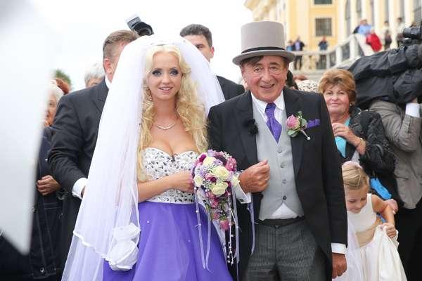 """El multimillonario australiano Richard Lugner se casó a sus 81 años con la modelo de la revista Playboy Cathy Schmitz, de 24. La pareja se dio el sí en una extravagante ceremonia celebrada el sábado pasado en Austria. """"No planeamos enamorarnos, simplemente pasó. El amor no tiene edad"""", dijo la conejita a la prensa alemana. Foto: Getty Images"""
