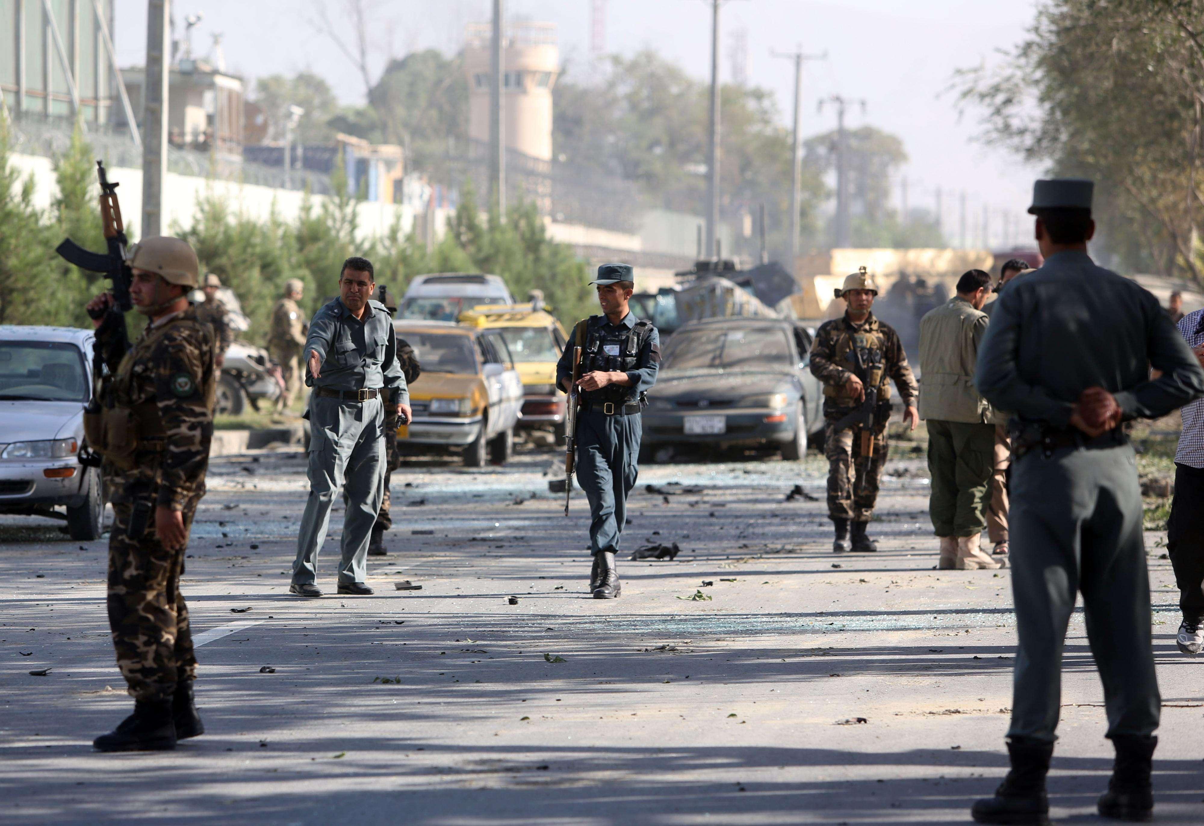 Un talibán suicida con coche bomba atacó una caravana extranjera cerca de la Embajada de Estados Unidos en Kabul, Afganistán desatando una explosión que hirió al menos a 13 personas. Foto: AP en español