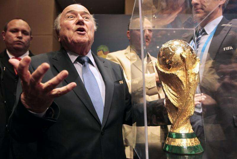 FIFA President Sepp Blatter gestures next to the World Cup trophy after a media conference in Sao Paulo June 5, 2014. Foto: Paulo Whitaker/Reuters